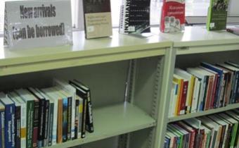 En plus des Revues Nouvelles et des Périodiques récentes, le personnel rassemble de nouveaux arrivages pour la bibliothèque